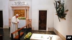 Le pape François prie devant la tombe de bienheureux petits bergers au sanctuaire de Notre Dame de Fatima, 13 mai 2017.
