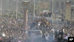 ພວກສະໜັບສະໜຸນປະທານາທິບໍດີ Hosni Mubarak ປະທະກັນ ກັບພວກປະທ້ວງຕໍ່ຕ້ານທ່ານ Mubarak ທີ່ກຸງໄຄໂຣ ໃນວັນທີ 2 ກຸມພາ 2011.
