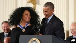 Obama müğənni Dayana Rossu Azadlıq medalı ilə təltif edir
