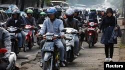 Puluhan sepeda motor memenuhi jalan dan trotoar di Jakarta. (Foto: Ilustrasi)