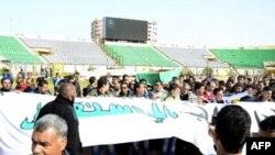 Hiljade Egipćana protestuju noseći kovčeg 13-godišnjeg dečaka koji je ubijen u sinoćnjem okršaju policije i navijača fudbalskog kluba Al Masri iz Port Saida