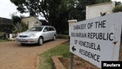 Sebuah mobil meninggalkan halaman rumah kediaman resmi kuasa usaha dan pejabat Dubes Venezuela Olga Fonseca di Kedutaan Besar Venezuela di wilayah Runda, Nairobi, Kenya (27/7). Fonseca ditemukan tewas dicekik di kediaman resminya ini.