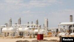 Texasın Carrizo Springs şəhərində şist resurslarını emal edən neftayırma zavodu.