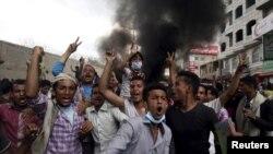 22일 예멘 남부 도시 타이즈에서 후티 반군에 반대하는 시위대가 항의 시위를 벌이고 있다.