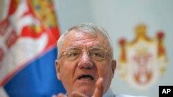 លោក Vojislav Seselj អ្នកជាតិនិយមនៃ ប្រទេសស៊ែប៊ីថ្លែងក្នុងសន្នីសីទកាសែតកក្នុងទីក្រុង Belgrade ប្រទេសស៊ែប៊ីកាលពីថ្ងៃទី០៧ ធ្នូ ២០១៧។