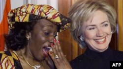 Nana Konadu Agyeman-Rawlings (L), ao lado de Hillary Rodham Clinton em 1999.