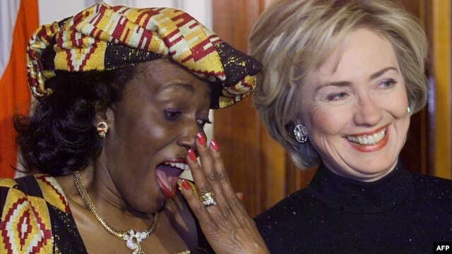 Nana Konadu Agyeman-Rawlings (L), wife of Ghana's President Jerry John Rawlings, speaks with first lady Hillary Rodham Clinton during an official state dinner at the White House, February 24, 1999.