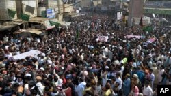 Ribuan muslim Pakistan menghadiri pemakaman korban pemboman di Shikarpur, 500 kilometer dari Karachi (31/1).