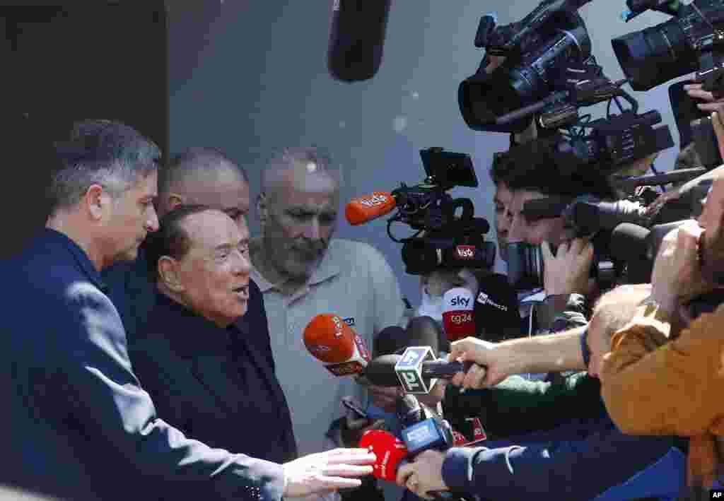 سیلویو برلوسکونی، نخست وزیر پیشین ایتالیا پس از معالجه و خروج از بیمارستان با خبرنگاران سخن می گوید. او برای نخستین بار پس از محکومیت سال ۲۰۱۲ که از داشتن پست های دولتی و حکومتی منع شده بود، قصد دارد نامزد انتخابات پارلمان اروپا شود.
