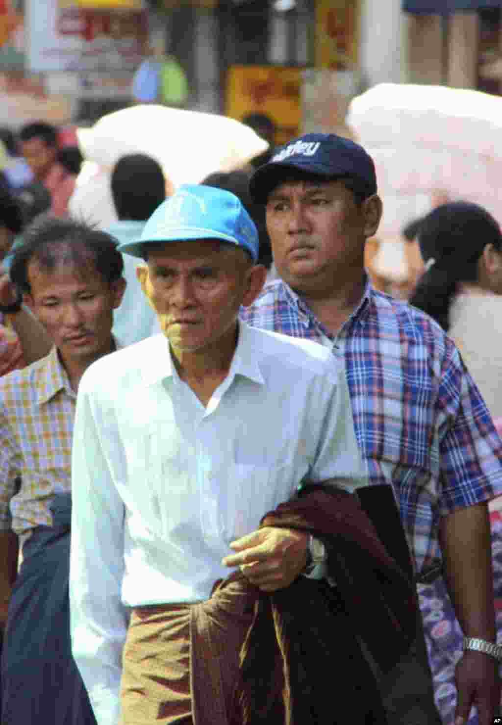 仰光中国城里一名步行男子。美国之音记者施锐福