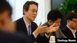 26일 서울 국정기획자문위원회에서 열린 통일부 업무보고에서 이수훈 외교안보분과위원장이 모두발언을 하고 있다.