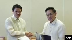 Ðại diện chính phủ Philippines Alexander A. Padilla (trái) và trưởng đoàn đàm phán của phiến quân Luis G. Jalandoni (phải) Asker, Oslo, ngày 15/2/2011