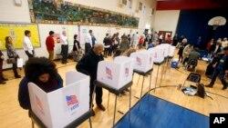 6일 미국 버지니아주 쇼트펌프의 한 투표소에서 주민들이 투표하고 있다.