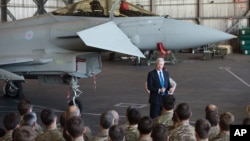 Le ministère britannique de la Défense Michael Fallon s'adresse à des pilotes qui s'apprêtent à bombarder la Syrie. Chypre, 5 déc. 2015. (AP Photo/Pavlos Vrionides)