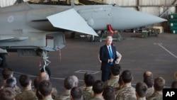 Menhan Inggris Michael Fallon berbicara kepada pilot dan tentara Inggris di pangkalan udara Limassol, Siprus, hari Sabtu (5/12).