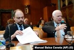 Vladimir Kara-Murza (chapda) AQSh senatori Jon Makkeyn bilan, Vashington, AQSh, 2017-yil, 29-mart