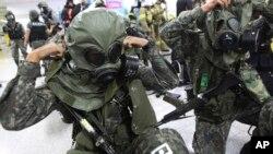 2013年8月19日韩国士兵在美韩联合军事演习中穿防毒面具