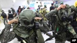 """美韓""""乙支自由衛士""""聯合軍演項目之一8月19日在南韓一個地鐵站舉行時,士兵戴上防毒面具。"""