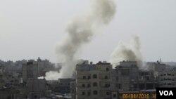 지난 6일 시리아 알레포 인근 셰이크 마크수드 지역에서 포격으로 인한 연기가 피어오르고 있다. (자료사진)