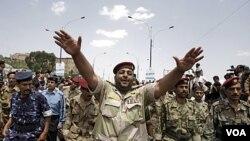 Beberapa anggota militer Yaman yang membelot mendukung demonstran, ikut menuntut mundurnya Presiden Ali Abdullah Saleh di Sana'a (16/9).