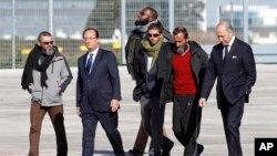Tổng thống Pháp Francois Hollande và gia đình của 4 người Pháp chờ đón họ tại phi trường ở ngoại ô Paris, ngày 30/10/2013.