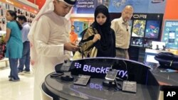 An Emirati couple at the Blackberry stand, at a mobile phone dealer shop in Dubai, United Arab Emirates, 08 Oct 2010