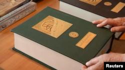 کتاب قرآن ۸۰۰ صفحه ای با خط محمود بیعون که در نوشتن آن از خط دیوانی استفاده کرده است.