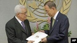 Mahmoud Abbas (à g.) remet la demande d'adhésion au Secrétaire général de l'ONU, Ban Ki-moon