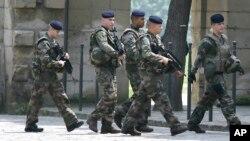 Les policiers marchent près de l'équipe anglaise à Chantilly, France, 6 juin 2016.