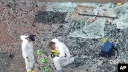 Эксперты работают на месте взрыва. Бостон, Массачусетс. 16 апреля 2013 года