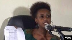 Diane Rwigara agaragariza abanyamakuru bimwe mu byangombwa yagejeje kuri komisiyo y'amatora bishyigikira kandidatire ye