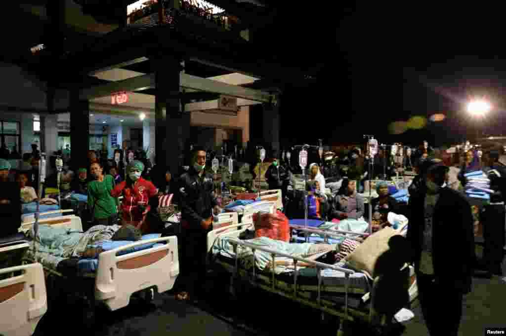 인도네시아 휴양지인 롬복에서 6.9 규모의 지진이 발생한 가운데 롬복 인근 발리의 병원이 환자들로 가득하다. 롬복 섬 북부를 강타한 지진으로 현재까지 적어도 90여 명이 숨지고 수백 명이 다친 것으로 알려졌다.