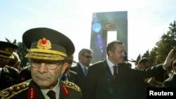 2002-2006 yılları arasında genelkurmay başkanlığı görevini üstlenen Hilmi Özkök'ün Çarşamba günü komisyondaki ifadeleri dini cemaatlerin Türk Silahlı Kuvvetleri içinde daha 1950'li yıllardan itibaren bir ölçüde etkin olduklarına işaret ediyor.