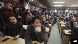 Para pemilik pabrik di kawasan industri Kaesong, Korea Utara menghadiri pertemuan darurat terkait penutupan operasi kawasan tersebut di Seoul, Korea Selatan, 12 Februari 2016 (Foto: dok).