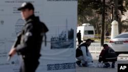 Cảnh sát tìm các bằng chứng tại quận Sultanahmet ở Istanbul sau một vụ đánh bom tự sát, ngày 12/1/2016.