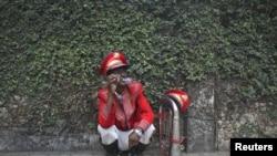 Seorang pria India merokok di pinggir jalan Mumbai (foto: dok). Lebih dari seratus juta warga India adalah perokok.