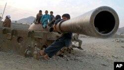 بازی کودکان افغان روی لاشۀ تانک برجا مانده از قشون سرخ