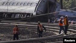 13일 미국 펜실베니아주 필라델피아에서 관계자들이 열차 탈선 사고 현장을 수색하고 있다.