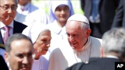 La prima segunda del Papa, la hermana Ana Rosa Sivori, misionera en Tailandia desde la década de 1960 le dio la bienvenida y será quien haga de traductora durante su viaje.