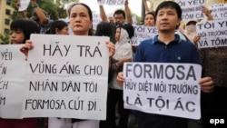 Người biểu tình Việt Nam mang theo biểu ngữ phản đối Formosa hồi tháng Năm vừa qua.