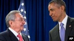 Chủ tịch CUba Raul Castro (trái) và Tổng thống Mỹ Barack Obama trao đổi trước cuộc gặp tại trụ sở Liên Hiệp Quốc, New York, ngày 29/9/2015.