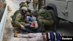 7일 요르단 서안 지구 라말라흐 시 인근에서 이스라엘 군이 돌을 던진 팔레스타인 시위대를 진압하고 있다.