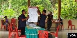 Petugas KPPS bertugas di Kecamatan Lage, Kabupaten Poso, Sulawesi Tengah. (Foto: VOA/Yoanes Litha)