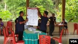 Petugas KPPS TPS 4 Desa Tagolu Kecamatan Lage, Kabupaten Poso, melaksanakan penghitungan suara dalam pemungutan Suara Ulang Pemilu 2019 (27/4). Foto: VOA/Yoanes Litha