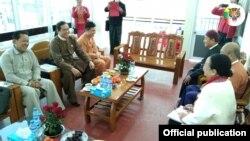 ရွမ္းတိုင္းရင္းသားမ်ား ဒီမိုကေရစီအဖြဲ႕ခ်ဳပ္ (SNLD) ကိုယ္စားလွယ္အဖဲြ႔နဲ႔ အမ်ိဳးသားဒီမိုကေရစီအဖြဲ႕ခ်ဳပ္ (NLD) ကိုယ္စားလွယ္အဖဲြ႔ တို႔ ေတာင္ၾကီးၿမိဳ႕ NLD ရံုးမွာ ေတြ႔ဆံုေဆြးေႏြးခဲ့တဲ့ ျမင္ကြင္း။ (ဓာတ္ပံု - Shan Nationalities League for Democracy - ဇန္နဝါရီ ၁