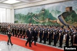 法国总统马克龙与中国国家主席习近平在北京人大会堂欢迎仪式上检阅仪仗队。 (2018年1月9日)