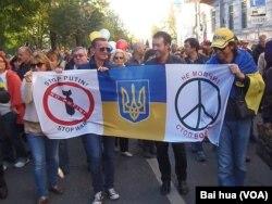 不仅东欧国家,俄罗斯国内也有很多人反对侵略乌克兰。2014年秋季莫斯科爆发大规模反战集会和游行,示威者手举乌克兰国旗和反战标语。
