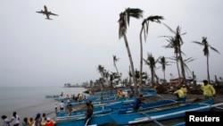 Korban topan yang menjadi tunawisma berkumpul dekat kapal-kapal baru mereka yang disumbang organisasi keagamaan, di kota Tacloban, Filipina tengah.
