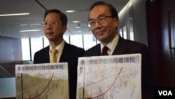 香港公民黨黨魁梁家傑(右)與立法會議員郭家麒公佈,公民黨建議港府開徵即日陸路離境稅,增加水貨客或者從事走私活動的成本。(美國之音 湯惠芸攝)
