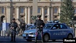 지난 1월 이탈리아 경찰이 테러 위협에 대비해 로마 바티칸의 성피터 광장에서 경계 근무를 서고 있다. (자료사진)